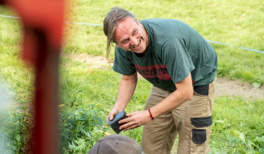 Mann lacht auf CBD Feld