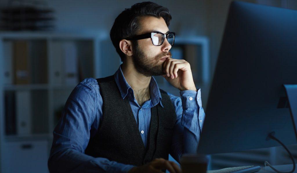 Mann arbeitet Nachts